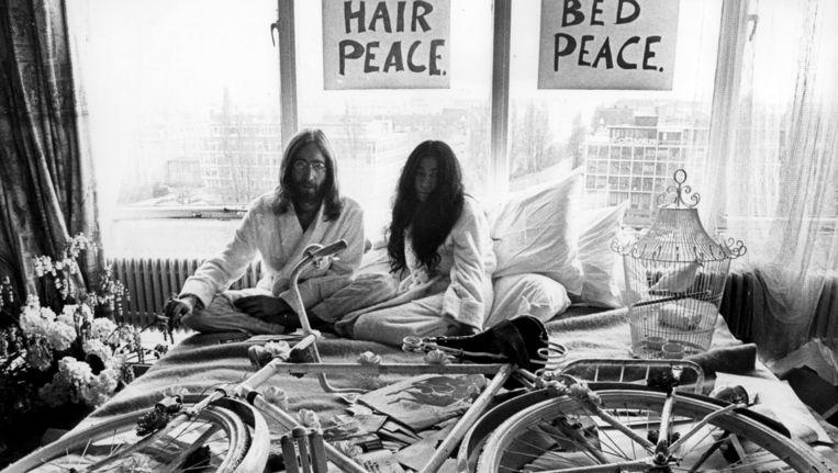 ohn Lennon en Yoko Ono tijdens hun bed-in tijdens hun huwelijksreis Beeld anp