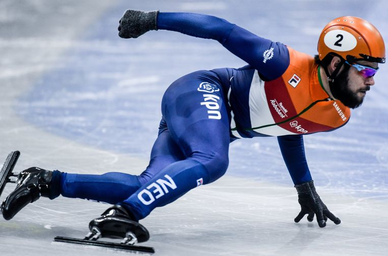 Sjinkie Knegt in actie tijdens de voorronde van de 500 meter op het EK shorttrack in Dresden. Beeld EPA