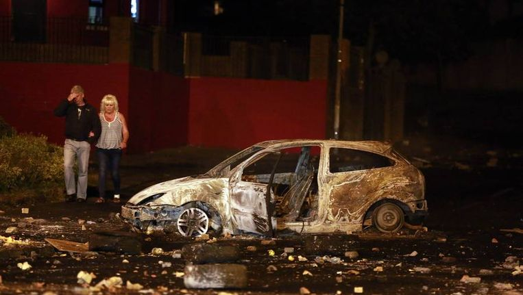 Een uitgebrande auto in Belfast Beeld reuters