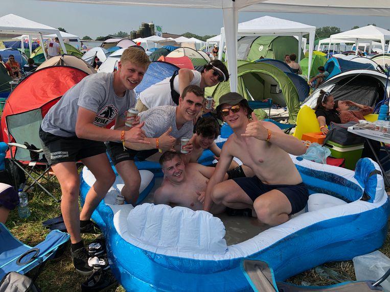 Deze groep uit Dendermonde bracht een zwembad mee