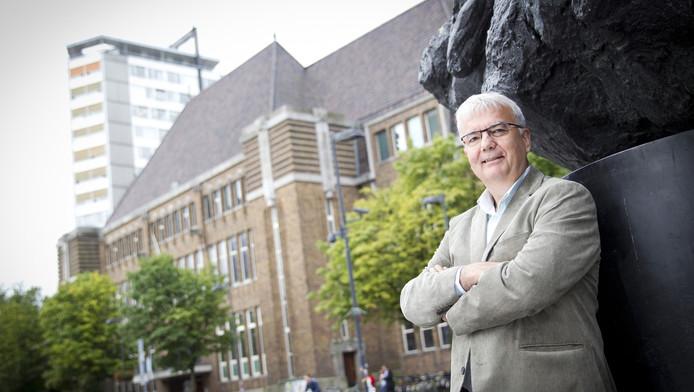 Directeur Van Vlimmeren voor het oude postkantoor, waar de bibliotheek naartoe verhuist.