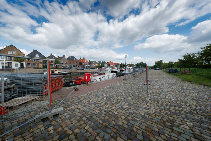 Dinteloord - 8-8-2019 - Foto: Pix4Profs/Marcel Otterspeer - De haven van Dinteloord, aan de rand van het centrum, gaat maandag op de schop. De buurt is echter niet blij dat de parkeervakken langs de Havenweg verdwijnen.