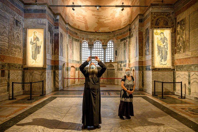 Twee bezoekers van het Chorakerk, nu alleen een museum. De locatie zal in gebruik worden genomen voor islamitische diensten.  Beeld AFP