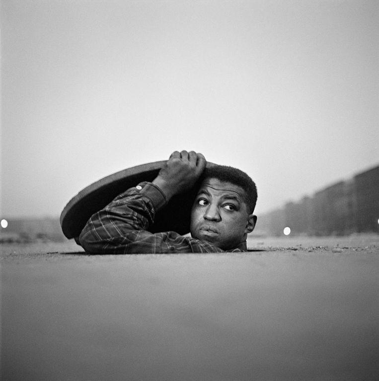 The Invisible Man Harlem New York 1952 Beeld  Gordon Parks Courtesy The Gordon Parks Foundation