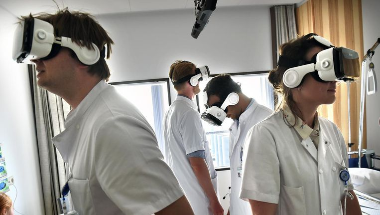 Leidse geneeskundestudenten gebruiken vr-brillen om zich voor te bereiden op de praktijk. Beeld Marcel van den Bergh/ de Volkskrant