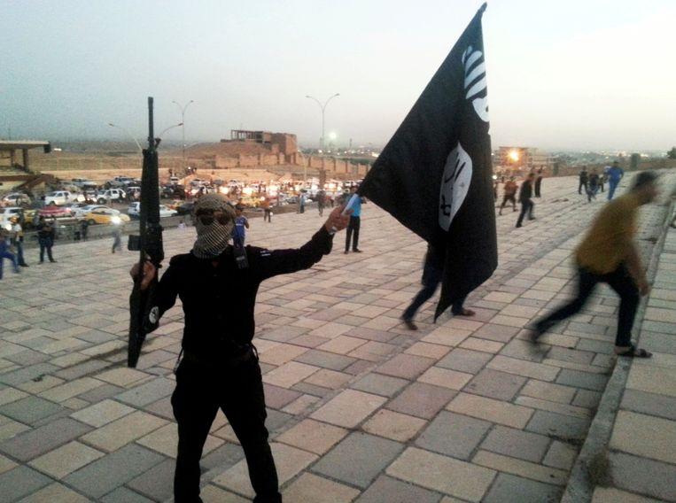 Een jihadist met een IS-vlag (archiefbeeld)