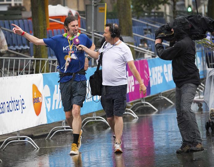 Wandelaar Simon Brownlee komt als eerste over de finish tijdens de laatste dag van de Nijmeegse Vierdaagse, de dag van Cuijk. FOTO ANP PIROSCHKA VAN DE WOUW