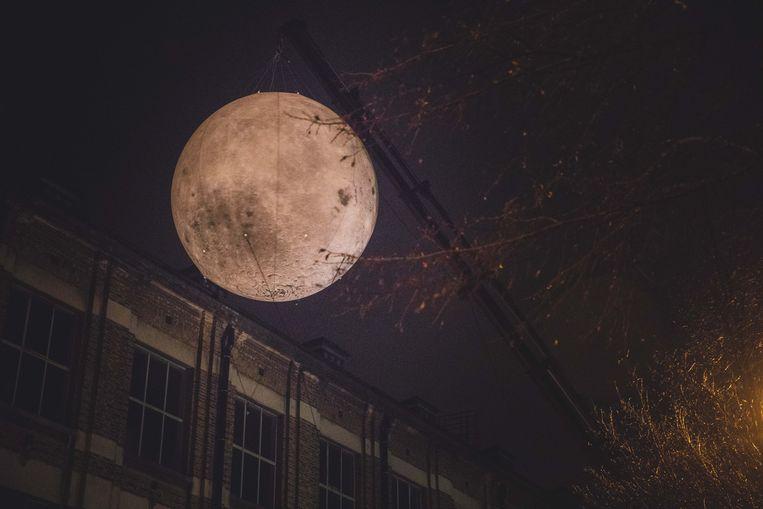 De maan werd met touwen in bedwang gehouden