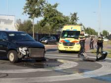 Twee auto's botsen in Waalwijk, weg bezaaid met onderdelen