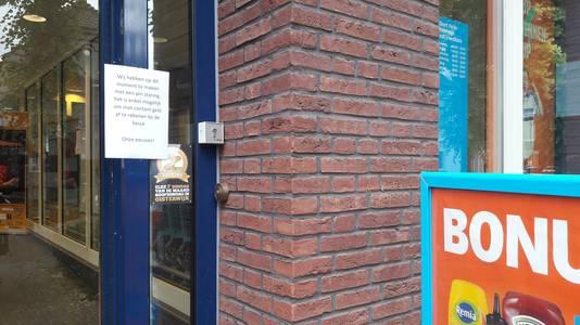 Bij de Albert Heijn in de Dorpsstraat in Oisterwijk hangen borden waarop staat dat pinnen niet mogelijk is.