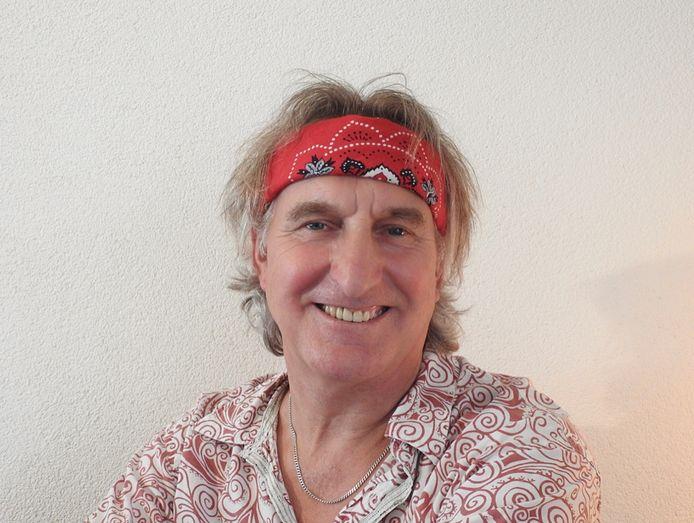 Singer-songwriter Jan Ottink treedt als straatartiest op in Eibergen.