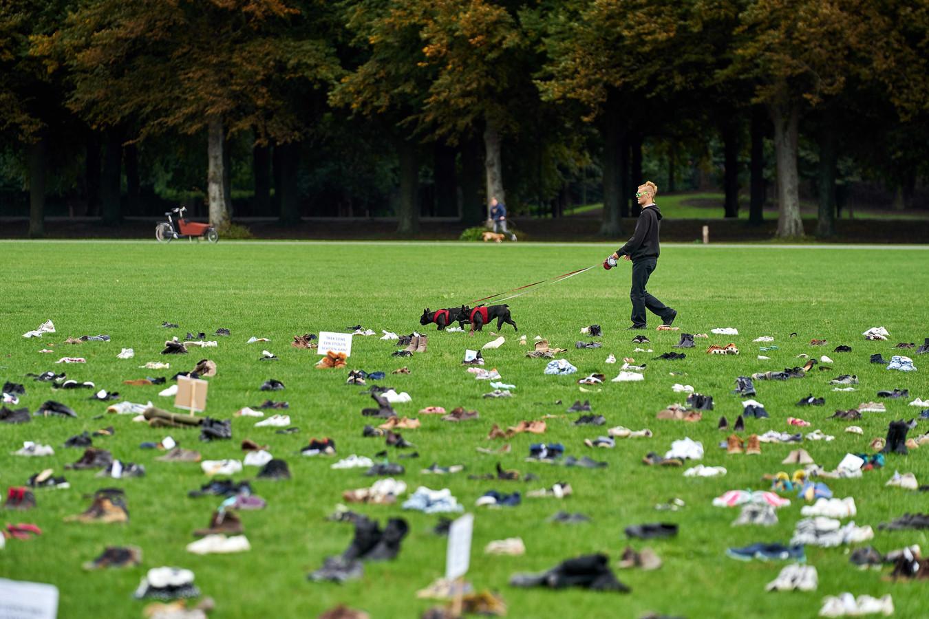 Zorgmedewerkers demonstreerden voor meer loon door duizenden schoenen neer te leggen op het Haagse Malieveld.