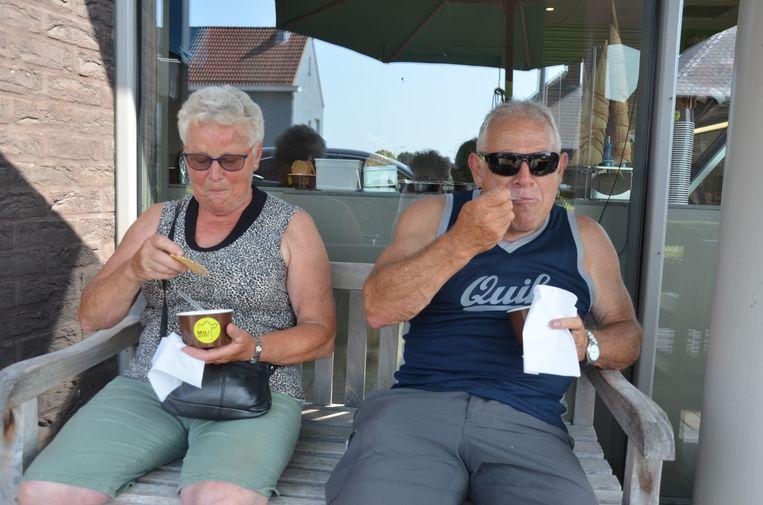 Maria en Johan genieten van een ijsje.
