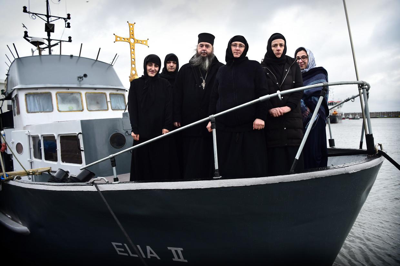 Het kerkschip Elia II met opvarenden: de abt Abibos, zusters van de Georgisch-orthodoxe kerk en enkele gasten.  Beeld Marcel van den Bergh / de Volkskrant