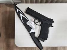 Almeloër (15) betrapt op station Deventer met wapens op zak