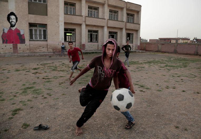 Jongens voetballen in Nagrig - in de hoop in de voetsporen van hun held te treden.