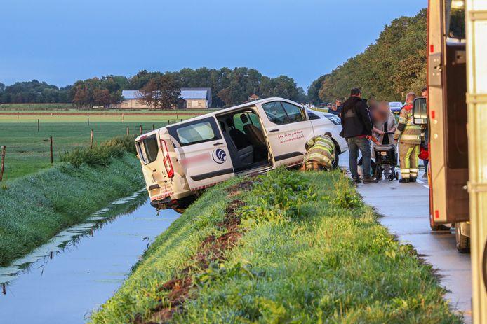 Bij een aanrijding tussen een busje en een auto op de Urkerweg vielen twee gewonden. Dit busje tuimelde net de sloot naast de weg niet in.