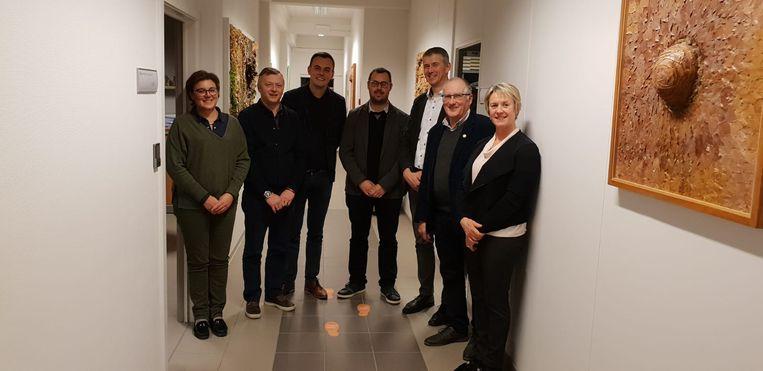Het schepencollege van Zonnebeke samen met de algemeen directeur Sigurd Verstraete