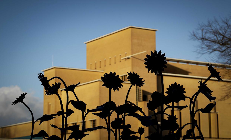 Het MH17-monument in het Dudokpark. De vijftien zonnebloemen van het monument staan symbool voor de Hilversumse slachtoffers, die zijn omgekomen bij de MH17-ramp in Oekraine.