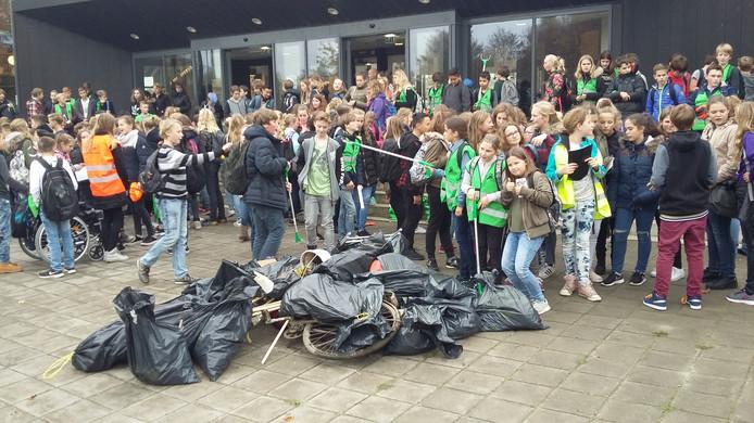 De leerlingen namen de aangetroffen troep mee.