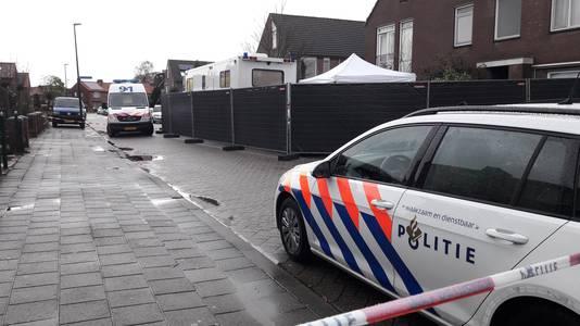 Politie bij de woning (rechtsboven) in de Keizersdwarsweg in Winterswijk, na de schietpartij waarbij een agent gewond raakte.