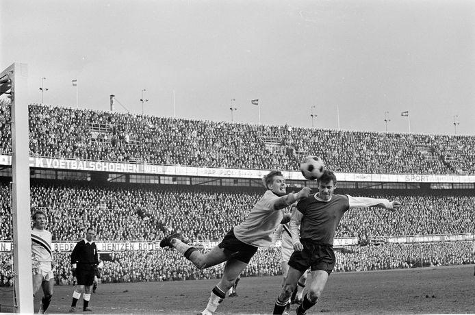 Piet Schrijvers stompt in 1968 in een volle Kuip de bal weg voor het hoofd van Ove Kindvall van Feyenoord.