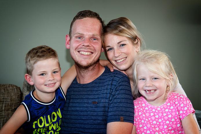 Dennis Verlaan met echtgenote Laura, zoon Max en dochter Chloë. Dennis heeft een agressieve vorm van MS. Hij wil naar Mexico voor een behandeling.