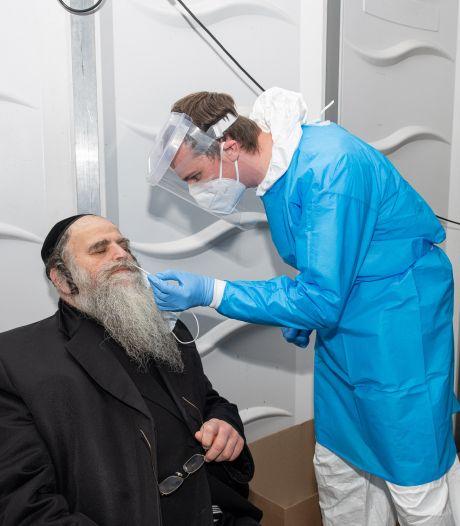 """Antwerpse opperrabbijn laat zich testen, als signaal naar gemeenschap: """"Gezondheid komt op de eerste plaats, dat staat zo in de Bijbel"""""""