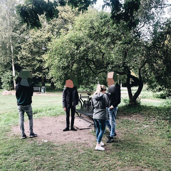De jongeren in het park in Harderwijk die door de politie werden gecontroleerd.