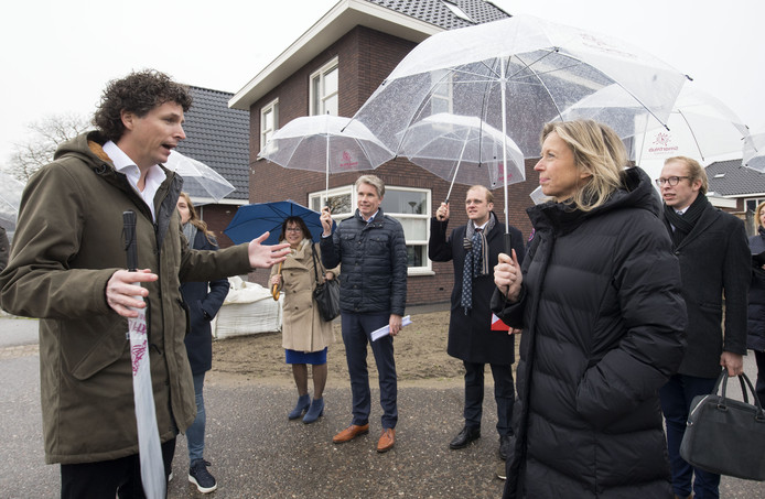 Minister Ollongren vorig jaar  op werkbezoek in Beltrum waar jongeren starterswoningen in eigen dorp willen bouwen.