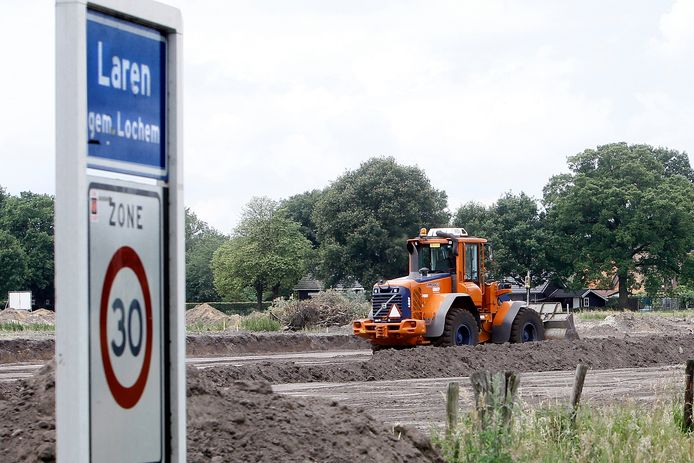 Laren telt weliswaar in het dorpscentrum een 30km-zone maar weinig automobilisten houden zich eraan. Daarom komen er in het tweede deel van dit jaar voorzieningen om de snelheid van autoverkeer te verminderen.