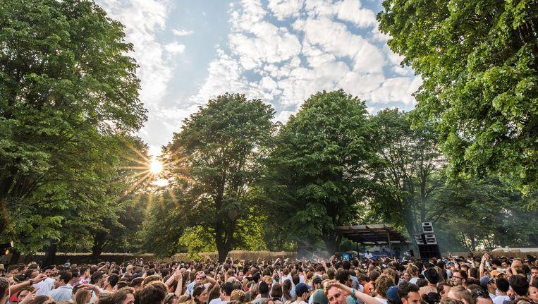 Bezoekers lieten zich in hun programmakeuze de eerste helft van de festivaldag vooral leiden door de zon. Beeld Yannick van de Wijngaert