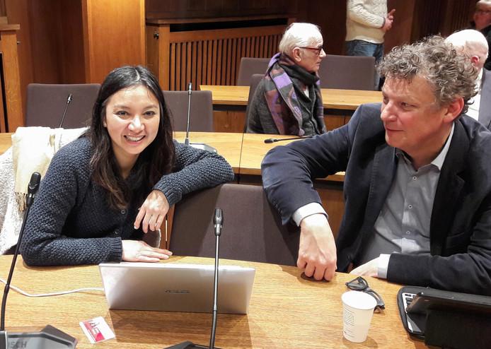 SP-raadslid Boi Boi Huong tijdens een vergadering op het stadhuis van Breda, met links van haar PvdA-raadslid Rob Sips.