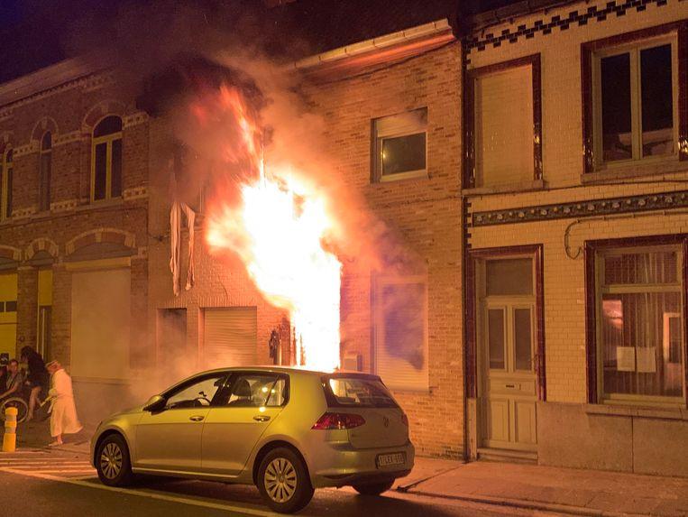 Bij aankomst van de brandweer sloegen de vlammen al door het raam.