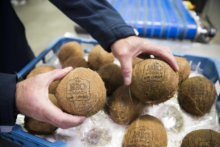 Supermarktketen Jumbo gaat het gebruik van plastic verpakkingen voor groente terugdringen door biologische producten te voorzien van een soort tatoeage. Met een laser wordt een etiket gebrand zonder dat de smaak, geur of houdbaarheid wordt beïnvloed.  Beeld ANP