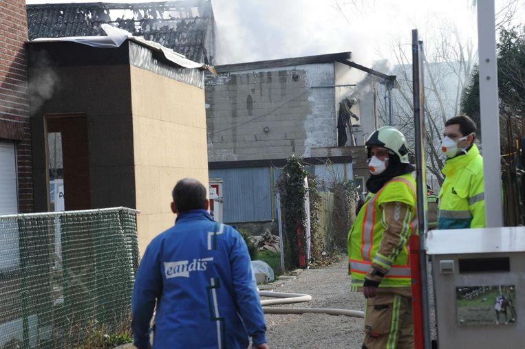 Het dak uit golfplaten ging volledig in de vlammen op. Uit voorzorg deelde de brandweer mondmaskers uit en stelde een veiligheidsperimeter in.