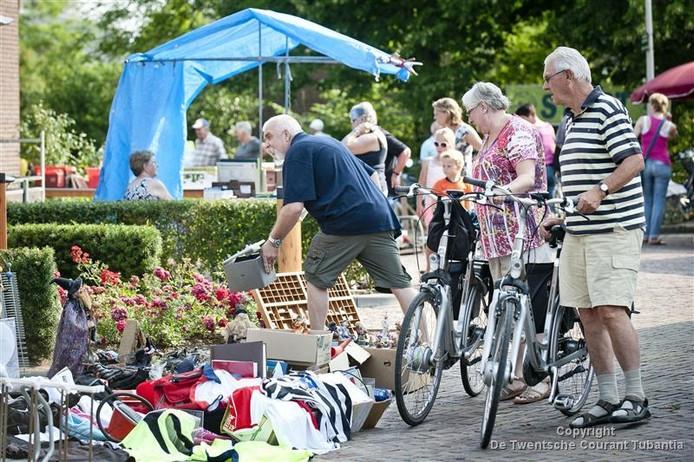 Eerste dag van de fietsvierdaagse van Tubbergen gaan veel fietsers even langs de rommelmarkt.