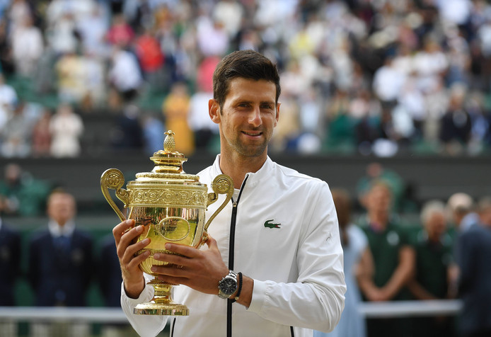 Novak Djokovic met zijn vijfde Wimbledon-beker.