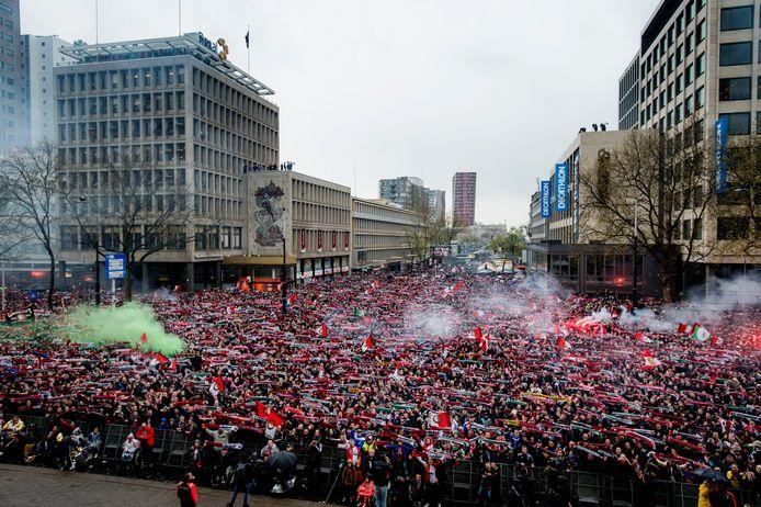 De met fans gevulde Coolsingel nadat Feyenoord in 2008 de KNVB Beker won.