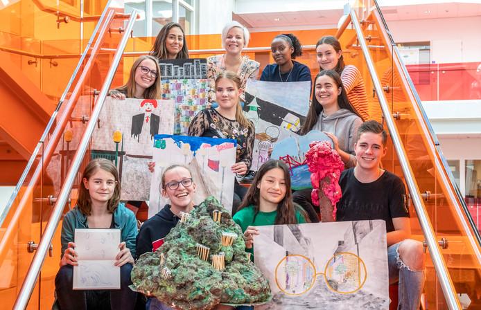 Docente Renske van Vliet (middenachter) tussen haar tien creatieve eindexamenkandidaten.
