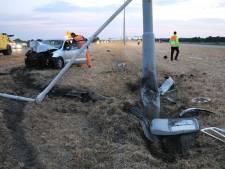 Auto knalt met hoge snelheid op lantaarnpaal A2