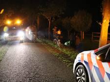 Fietsster belandt bij aanrijding in de sloot, automobilist rijdt door