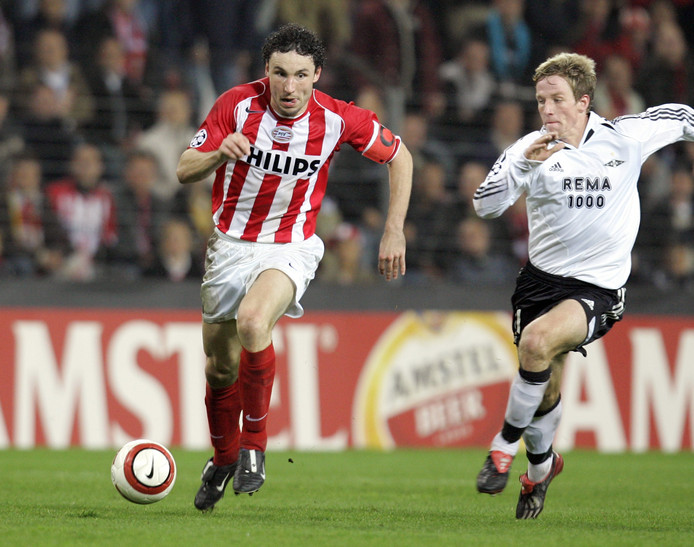 Mark van Bommel als speler van PSV in actie tegen Rosenborg op 2 november 2004.