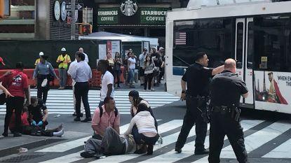 Auto rijdt in op mensen in New York: de eerste videobeelden