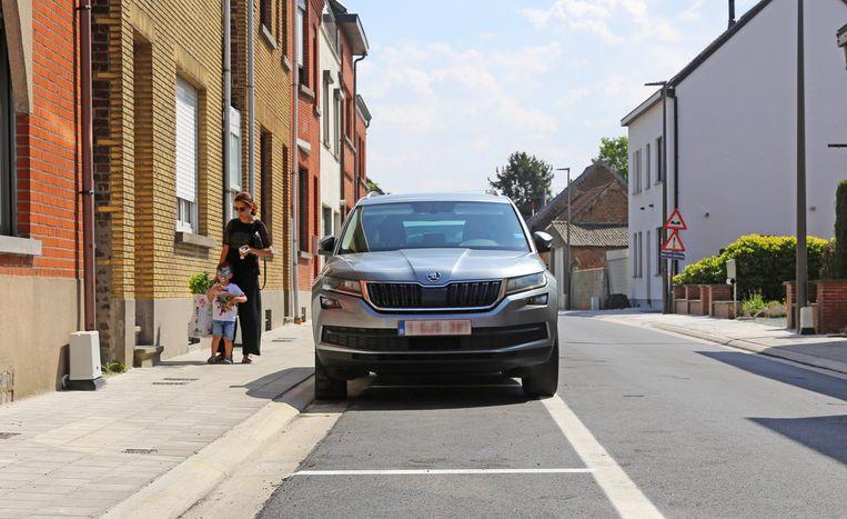 De parkeervakken zijn te smal om een auto reglementair in te parkeren.