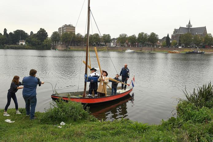 De Heumense burgemeester Paul Mengde en zijn Graafse collega Lex Roolvink voeren zondag over de Maas.