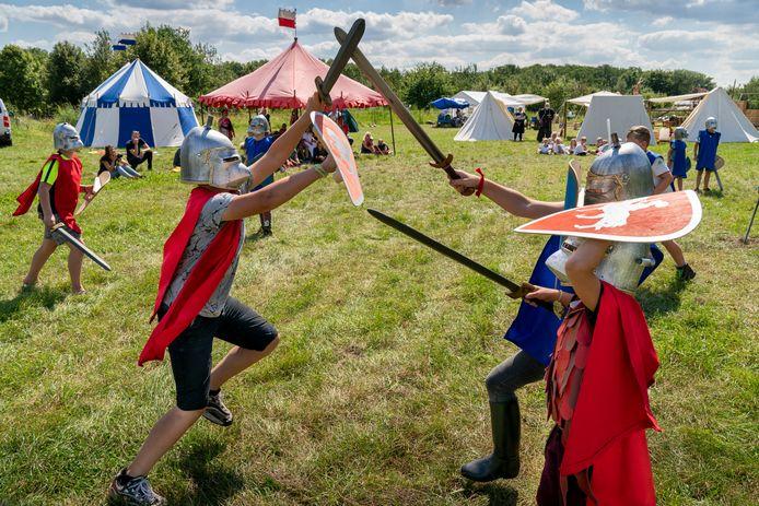 De deelnemers aan de ridderweek in Vlijmen sluiten de dag af met een zwaardgevecht.