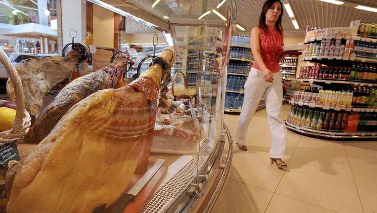 Spaanse ham in een supermarkt in St. Petersburg. Beeld afp