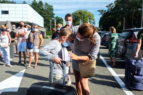 Jessy Hermans verwelkomt haar zoon Gaston, die vroegtijdig het kamp moest verlaten.