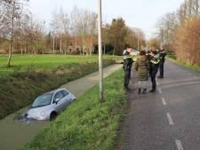 Auto raakt te water in Delfgauw